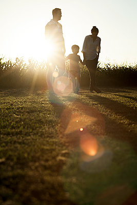 Family with little boy enjoying great outdoors - p624m1101410f by Ale Ventura