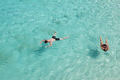 Im türkisen Ozean schnorcheln - p045m1572918 von Jasmin Sander