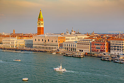 View of Venice from cruise ship at daybreak, Venice, UNESCO World Heritage Site, Veneto, Italy - p871m2149861 by Frank Fell