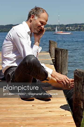 Telefonieren am See - p1146m1165007 von Stephanie Uhlenbrock