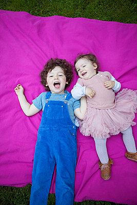 Bruder mit kleiner Schwester - p045m1440051 von Jasmin Sander
