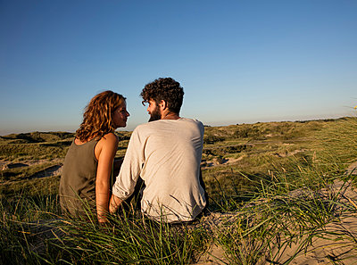 Junges Paar den in Dünen - p1212m1168710 von harry + lidy