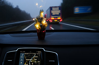 Driving home for christmas  - p1237m2124994 by Paul W. Nähr