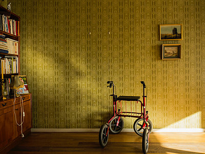 Walking frame in vintage apartment - p1418m1572149 by Jan Håkan Dahlström