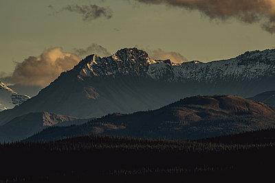 Bergkette wird während dem Sonnenuntergang  von der Sonne angestrahlt - p1455m2203791 von Ingmar Wein