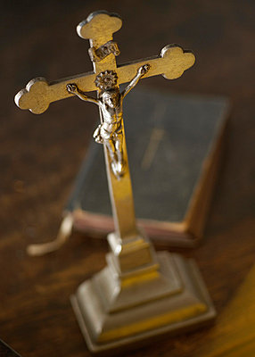 Kruzifix und Bibel - p5090011 von Reiner Ohms