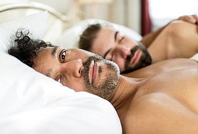 Schwules Paar im Bett - p787m2115269 von Forster-Martin