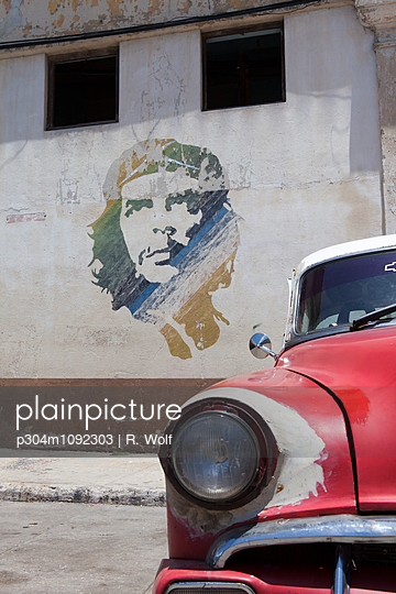 Portrait of Che Guevara and vintage car - p304m1092303 by R. Wolf