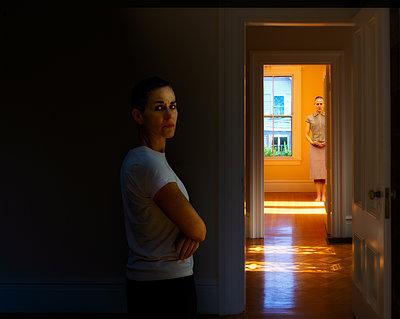 Zwei Frauen zu Hause - p1693m2294966 von Fran Forman