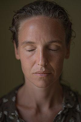 Frau mit geschlossenen Augen, Portrait - p552m2199925 von Leander Hopf