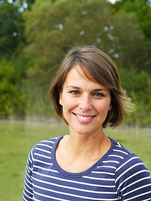 Portrait einer Frau an einem See  - p6430086 von senior images