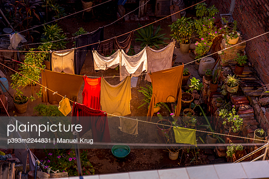 Drying laundry in a backyard, Cuba - p393m2244831 by Manuel Krug