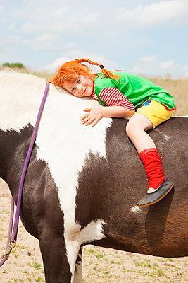 Pipi Langstrumpf hat ihr Pferd lieb - p045m1158857 von Jasmin Sander