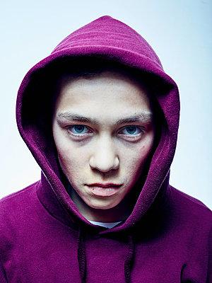 Porträt eines Jungen mit Kapuze - p1012m1492865 von Frank Krems