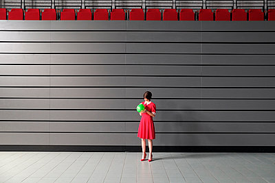 Woman wearing red dress - p1521m2081644 by Charlotte Zobel