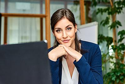 Junge Geschäftsfrau mit Laptop - p890m1440356 von Mielek