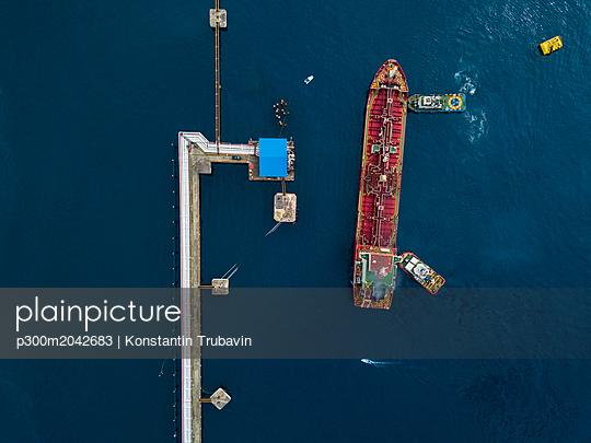 Indonesia, Bali, Aerial view of tanker ship - p300m2042683 von Konstantin Trubavin