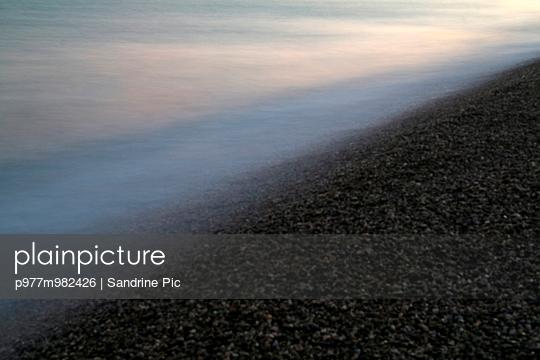 Kieselstrand - p977m982426 von Sandrine Pic