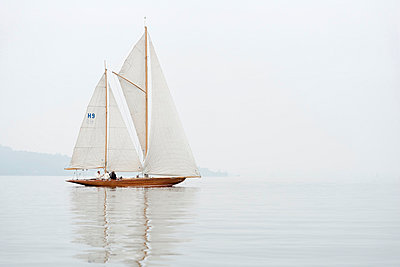 Germany, Baden-Wuerttemberg, Lake Constance, sailing boat in mist near Bodman - p300m973551 by Holger Spiering