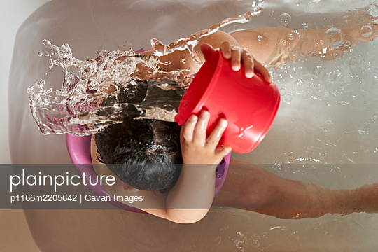 Kid washing her head in the shower. - p1166m2205642 by Cavan Images