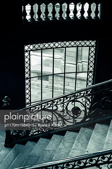 Verziertes Treppengeländer und Stufen - p1170m1584915 von Bjanka Kadic