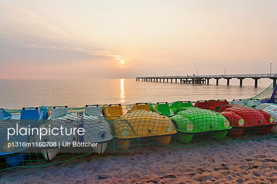 Seebrücke und Tretboote am Stand, Ostsee, Timmendorfer Strand, Schleswig-Holstein, Deutschland - p1316m1160708 von Ulf Böttcher