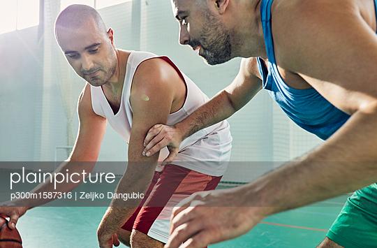 Men playing basketball, defence - p300m1587316 von Zeljko Dangubic
