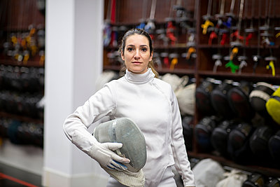 Portrait of woman in fencing outfit at gym - p300m2243578 by Jose Carlos Ichiro