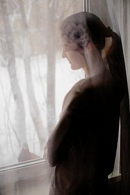 Frau am Fenster - p1319m1154984 von Christian A. Werner