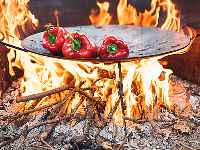 Red bell peppers on barbecue tray - p300m2012896 von oticki