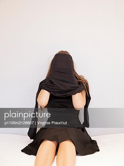 Woman wearing black dress - p1105m2128807 by Virginie Plauchut