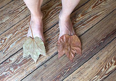 Blatt und Fuß - p1494m2037978 von Inkje Drescher