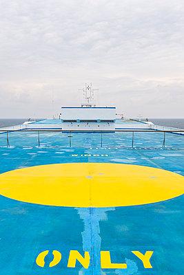 Hubschrauberlandeplatz auf einem Schiff - p280m1111793 von victor s. brigola