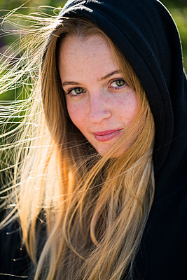 Portrait of smiling young woman outdoors - p300m1228347 by Kike Arnaiz
