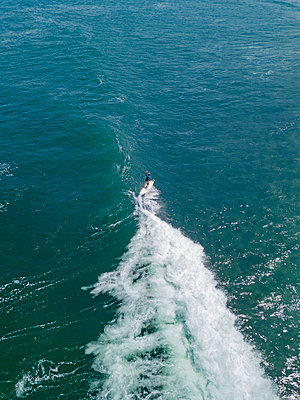 Aerial view of female surfer, Bali, Indonesia - p300m2132266 by Konstantin Trubavin