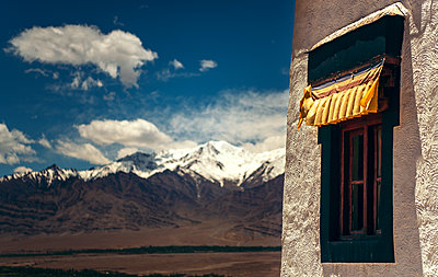 India, Ladakh, Window of Buddhist temple with Himalayas in background - p300m2206666 by klublu