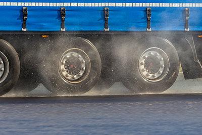 Germany, Truck on rainy street, Aquaplaning - p300m965495f by EJW