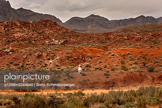 Single cross in the desert, California - p1299m2244640 by Boris Schmalenberger