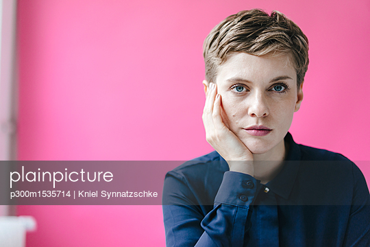 Portrait of short-haired woman - p300m1535714 by Kniel Synnatzschke