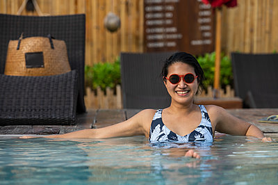 woman enjoying the pool at the tropical island of Koh Phangan - p1166m2269609 by Cavan Images