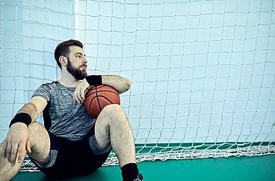 Man with basketball during break, indoor - p300m1587493 von Zeljko Dangubic