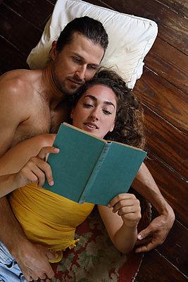 Sie liest ihm aus einem Buch vor - p045m2125898 von Jasmin Sander