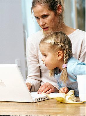 Mutter und Tochter am Computer - p2686151 von icon art