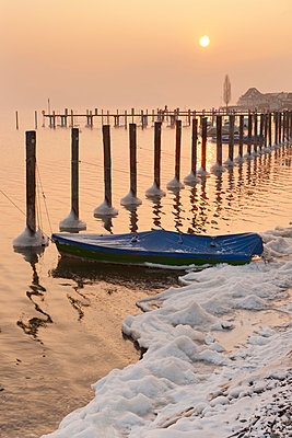 Germany, Boat and mooring posts in Lake Constance - p300m879305 by Holger Spiering