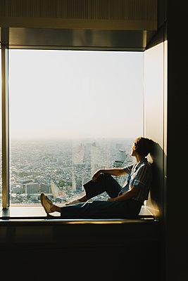 Frau blick auf Skyline von Tokio  - p432m2093388 von mia takahara