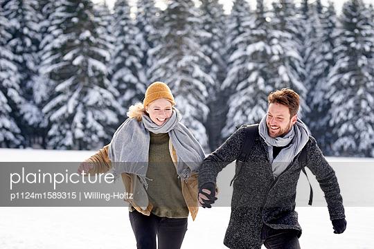 Junges Paar tobt im Schnee herum - p1124m1589315 von Willing-Holtz