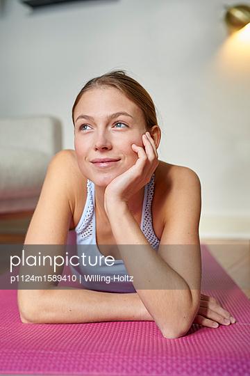 Junge Frau macht eine Pause beim Training - p1124m1589410 von Willing-Holtz