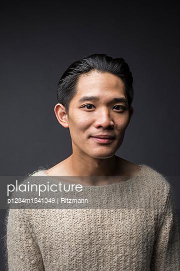 Asiatischer Mann im Pullover Porträt - p1284m1541349 von Ritzmann