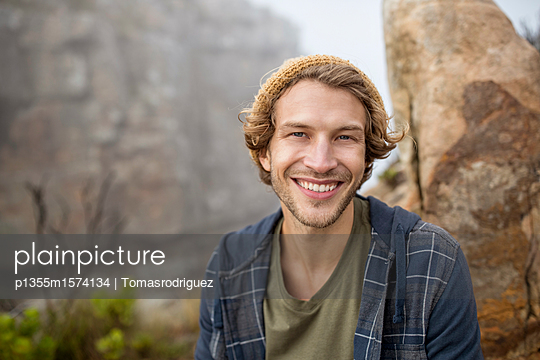 Junger Mann macht eine Wanderung in den Bergen - p1355m1574134 von Tomasrodriguez