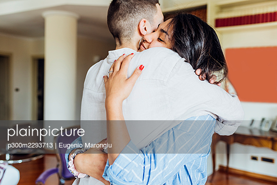 Lesbian women embracing each other at home - p300m2293713 by Eugenio Marongiu